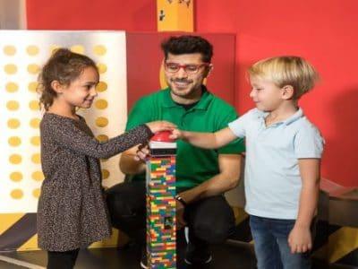 Legoland Centre Oberhausen Kinder mit Mitarbeiter vor Legobuzzer
