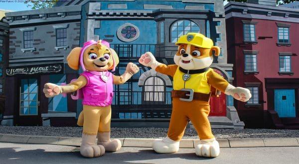 Movie Park Paw Patrol Figuren Skye und Rubble vor Gebäude