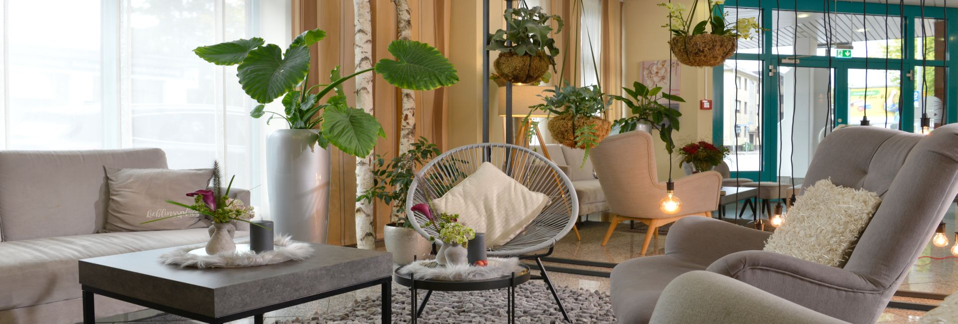 Hotelhalle Sitzecke mit Korbsessel